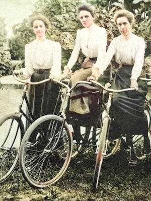 Demander si sa grand-mère fait du vélo [demâdé si sa ɡrâdmèr fè dy vélo]